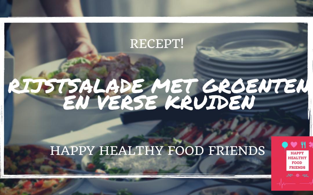 Vegetarische rijstsalade met groenten en kruiden